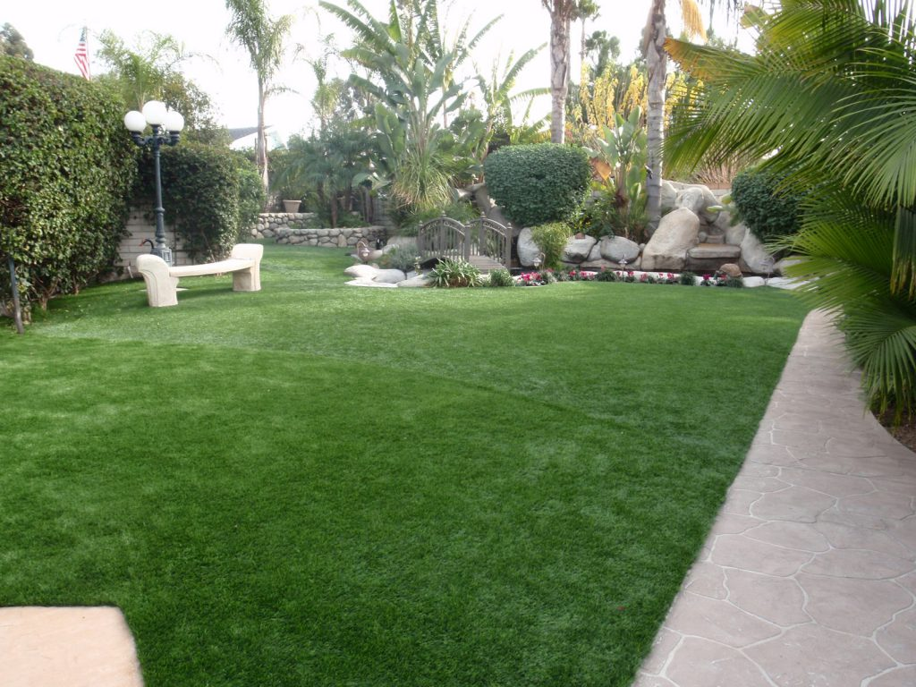 Large winding backyard using artificial grass